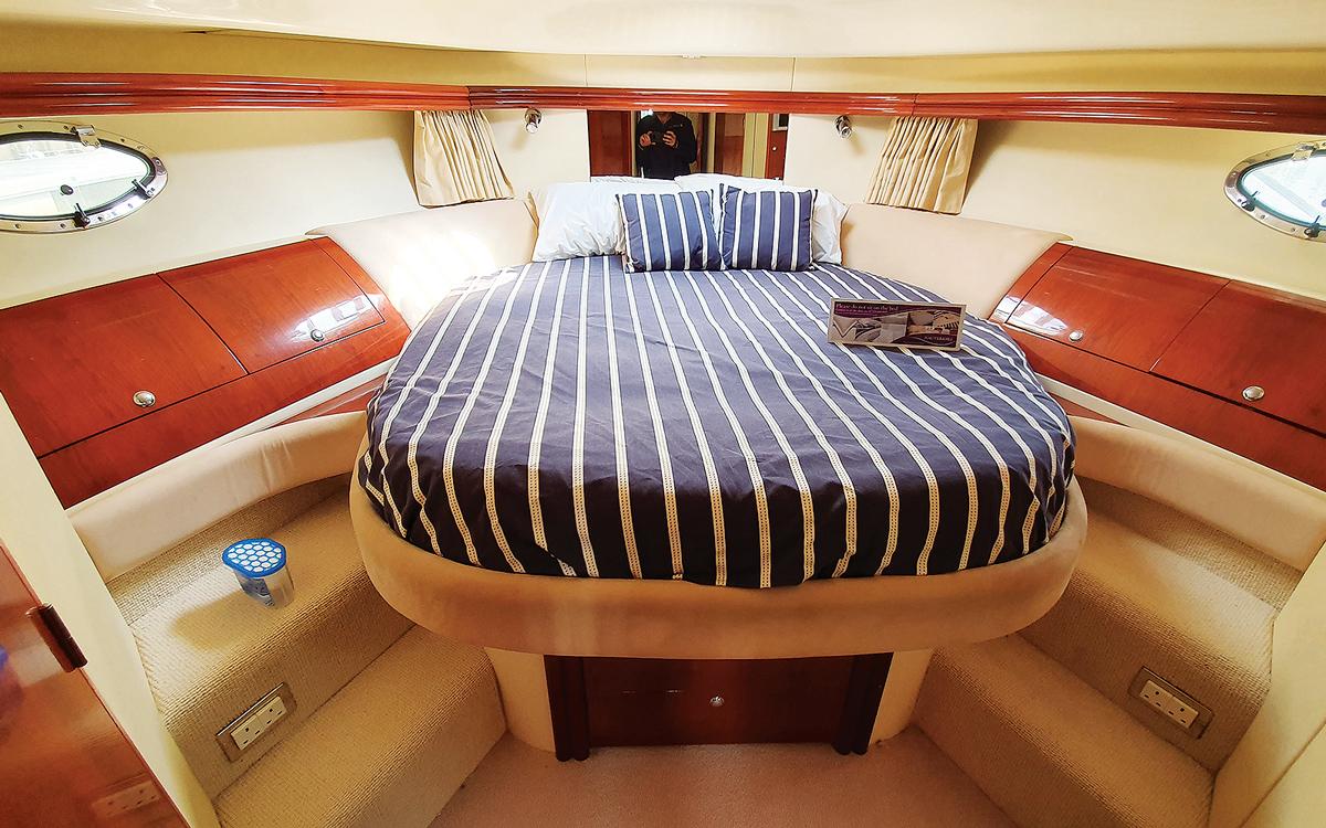 secondhand-boat-buyers-guide-best-45ft-flybridge-yachts-for-sale-Fairline-Phantom-46-interior-cabin