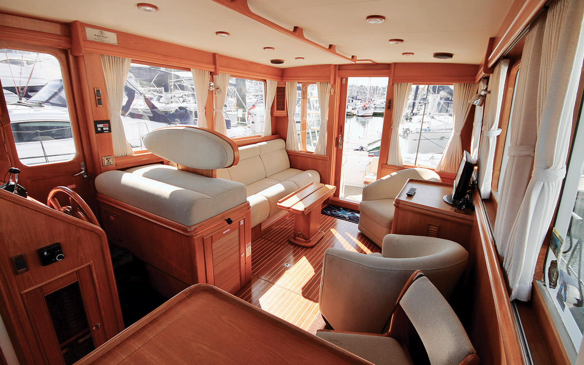 secondhand-boat-buyers-guide-best-45ft-flybridge-yachts-for-sale-Grand-Banks-43-East-Bay-interior