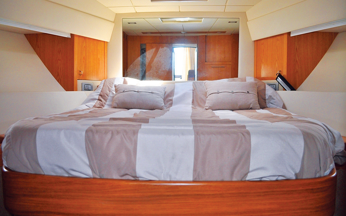 secondhand-boat-buyers-guide-best-45ft-flybridge-yachts-for-sale-Rodman-Muse-44-interior-cabin