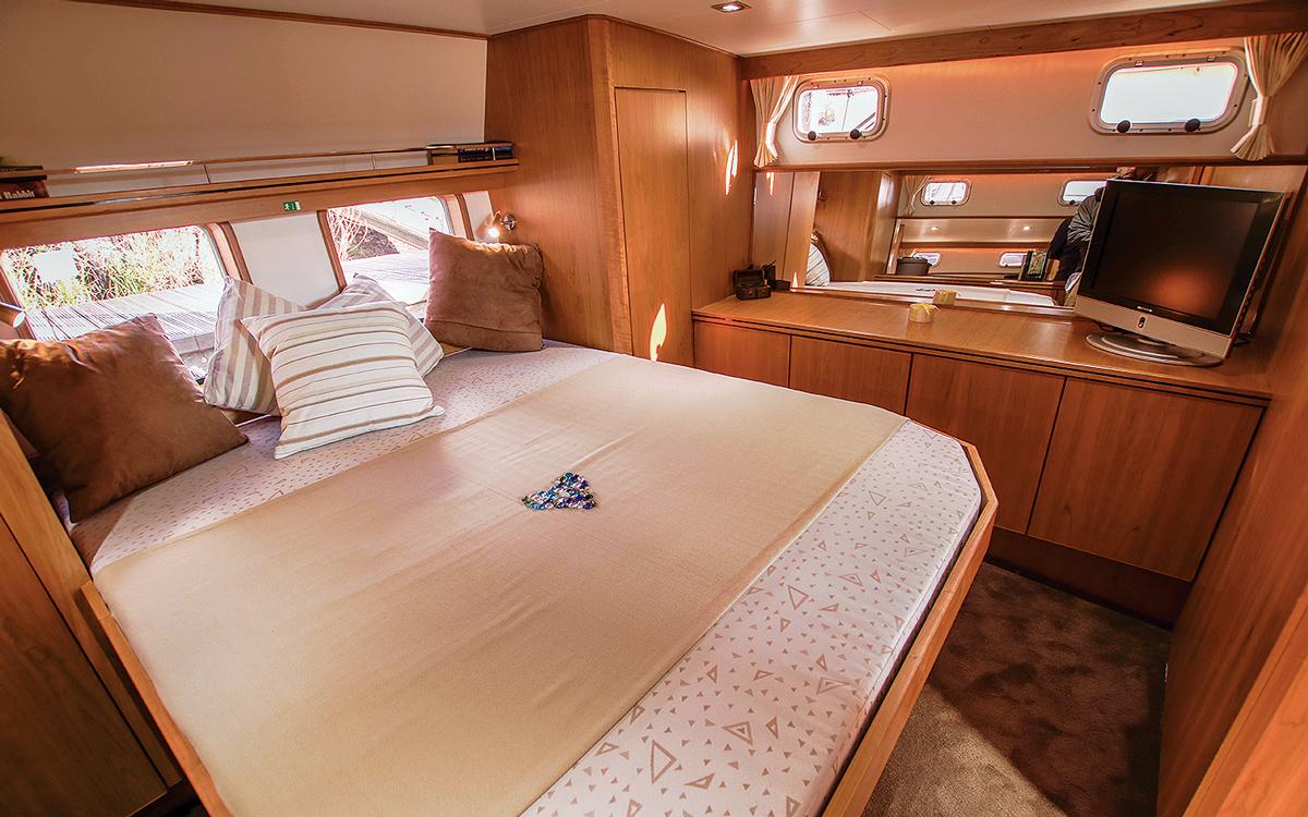 best-riverboats-guide-d'acheteur-de-bateaux-Aquanaut-Drifter-CS1300-AK-interior-cabin