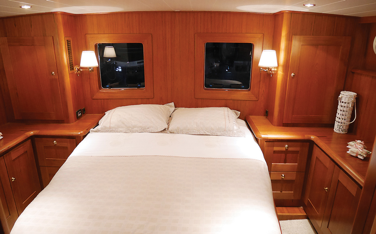 best-riverboats-secondhand-boat-buyers-guide-Stevens-1350-Vlet-interior-cabin