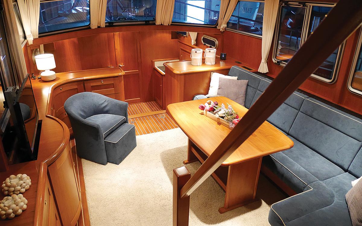 best-riverboats-secondhand-boat-buyers-guide-Stevens-1350-Vlet-interior-saloon