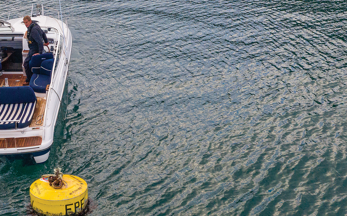 how-to-pick-up-mooring-buoy-solo-approach