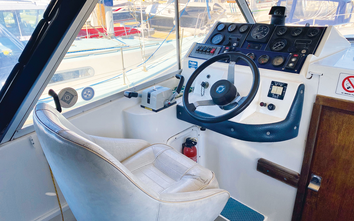 best-practical-classic-boats-for-sale-fairline-mirage-29-interior-helm