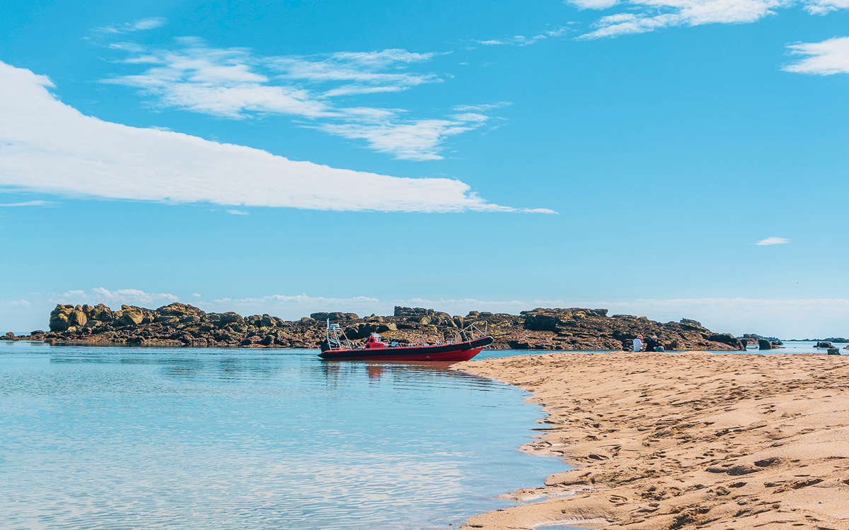 channel-islands-boating-les-minquiers-beach-jersey-credit-victoria-hall