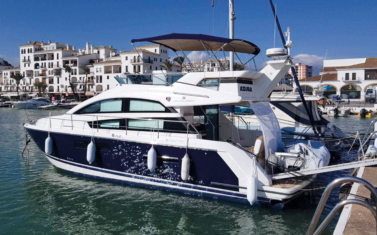 best-40ft-flybridge-yacht-for-sale-fairline-squadron-42-exterior