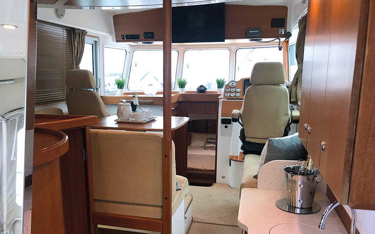 best-40ft-flybridge-yacht-for-sale-nordstar-40-helm