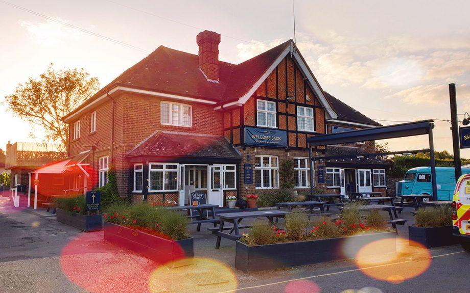 best-seaside-restaurants-ship-inn-itchenor-exterior