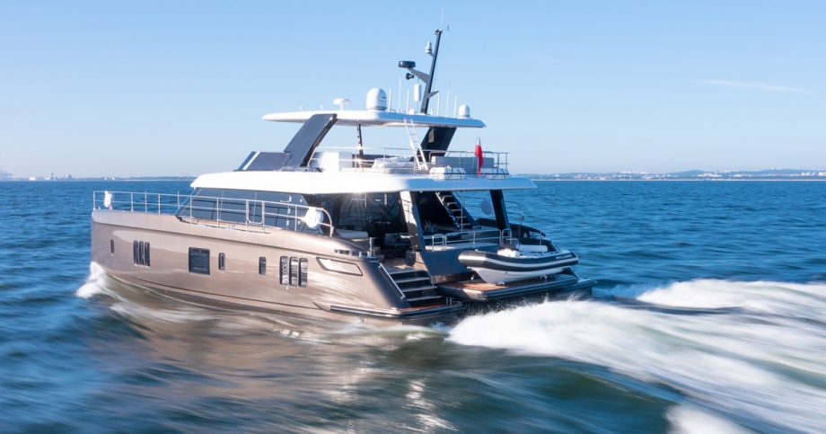 sunreef-60-power-new-yachts-aft-running-shot-cannes-yachting-festival-2021