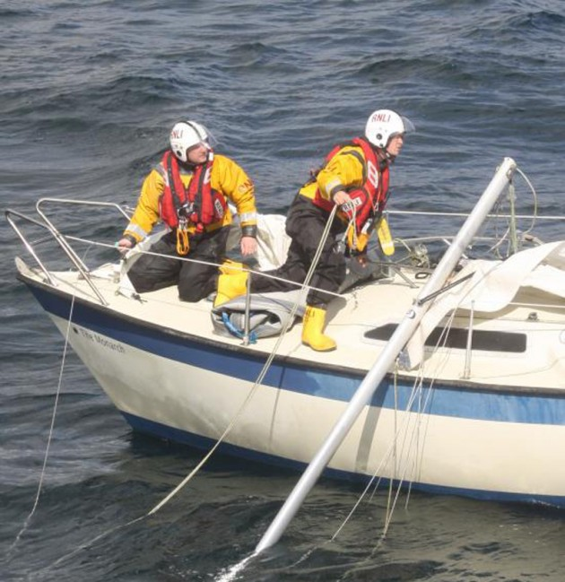 Two RNLI crew on a dismasted 7.5 meter boat near the Yealm river_Credit- RNLI/Barry Perrins