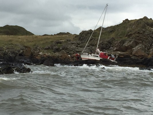 Kirkcudbright RNLI launched to yacht on rocks. Credit: RNLI