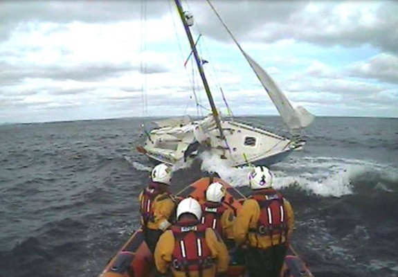 Kinghorn RNLI Lifeboat crew rescue a lone yachtsman