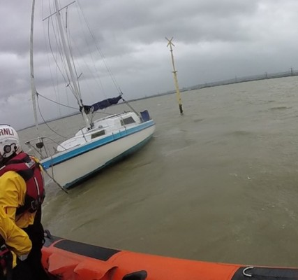 Gravesend RNLI lifeboat crew about to secure a tow line