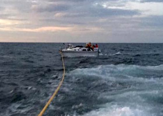 Caister Lifeboat tow dismasted yacht Wysiwyg