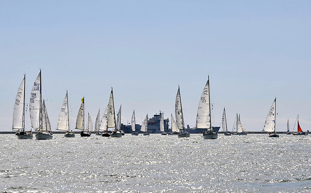 Hurley fleet en route to the sail past start. Credit: Robin Price Studios