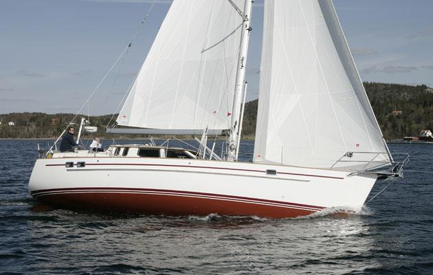 Un yacht à la gîte avec des voiles pleines de vent