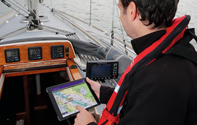 Un skipper utilisant une application AIS à bord de son yacht