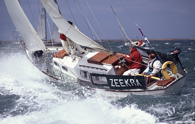 un yacht naviguant en eau vive