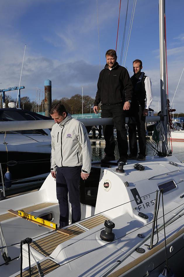 Mesurer la stabilité d'un yacht - l'équipage doit se tenir sur la ligne médiane