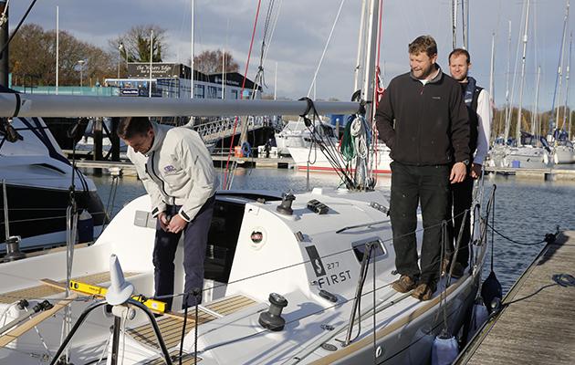 Équipage debout sur un yacht pour aider à calculer la stabilité d'un yacht