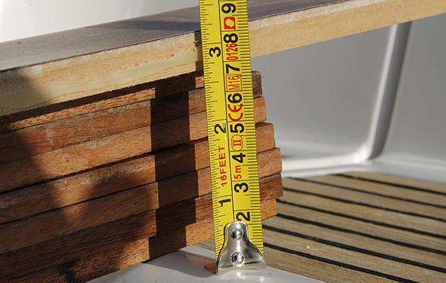 Des bandes de bois utilisées pour effectuer des mesures précises pour calculer la stabilité de votre yacht