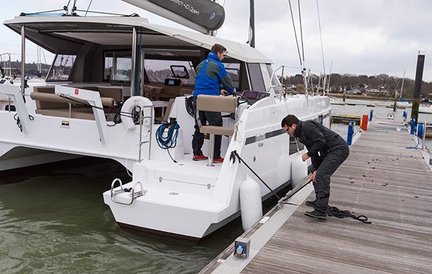 Piloter un catamaran: comment maîtriser les multicoques