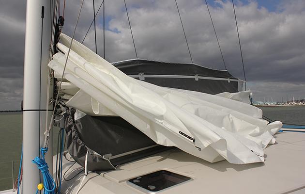 Une voile sur un catamaran