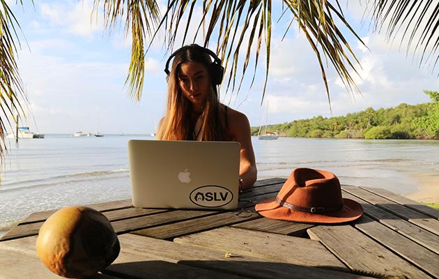 Elayna de Sailing Lr Vagabonde éditant une vidéo