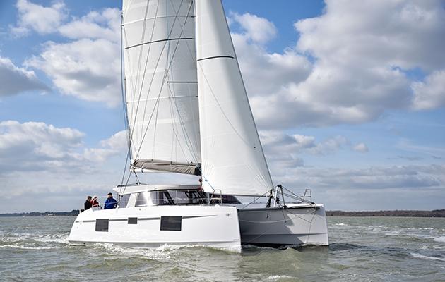 Un catamaran naviguant sur le Solent