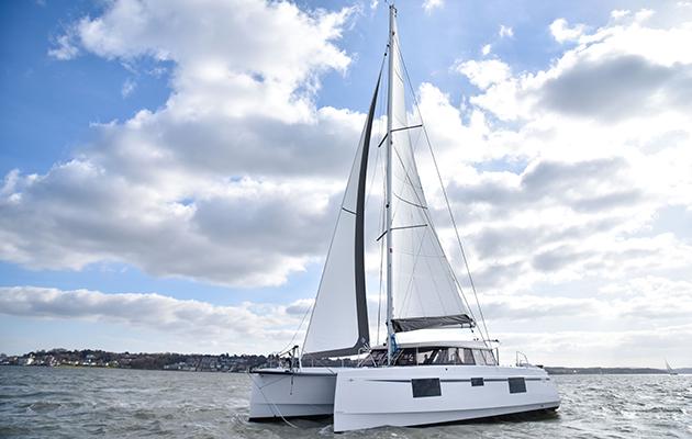 Une toile de catamaran naviguant sur le Solent
