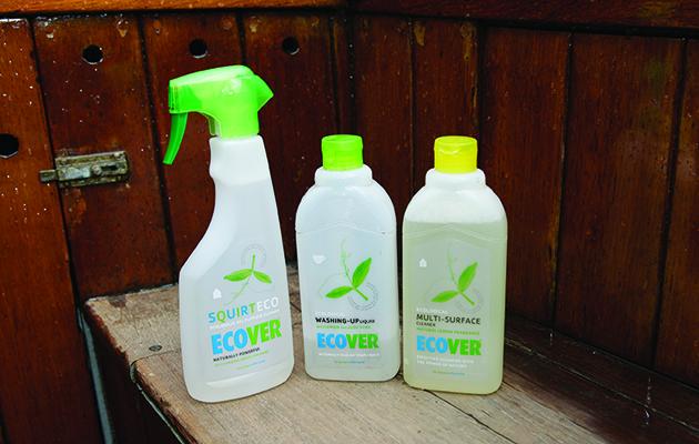 Produits de nettoyage écologiques sur un yacht