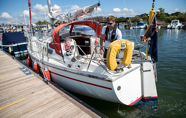 A sadler 29 coming alongside a pontoon