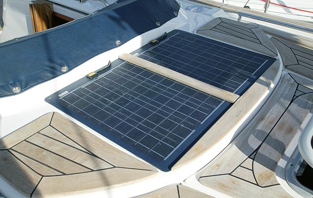 Panneaux solaires sur un pont d'un yacht