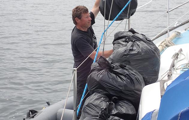 La navigation écologique implique de vous assurer de vous débarrasser des déchets de manière responsable