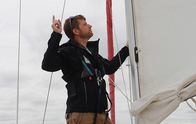 Un homme utilisant des signaux de la main lors de la mise dans un récif