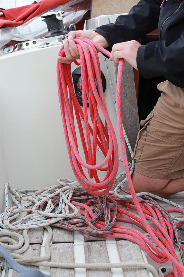 Corde enroulée sur un yacht, prête à être utilisée pour mettre dans un récif