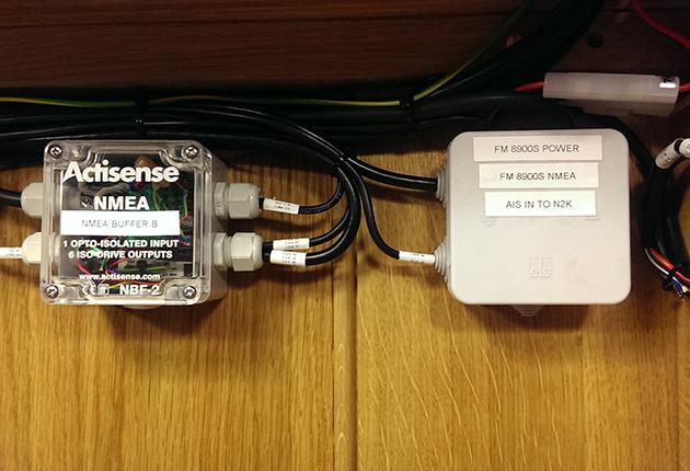 Les adaptateurs entre N2K, NO183 et AIS sont la clé de ce réseau mixte