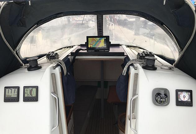 Un MFD et des instruments installés sur un yacht