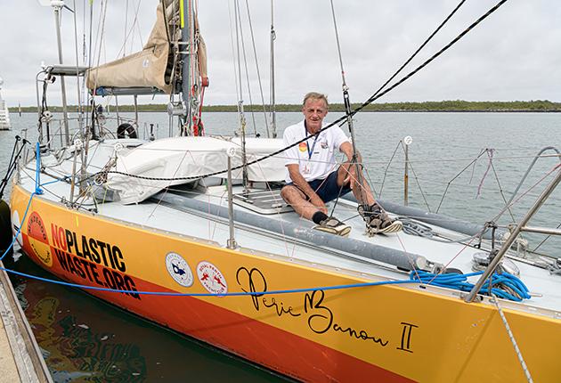 Jon Sanders à bord de son S&S de 39 pieds Perie Banou II, lors de son 11e tour du monde