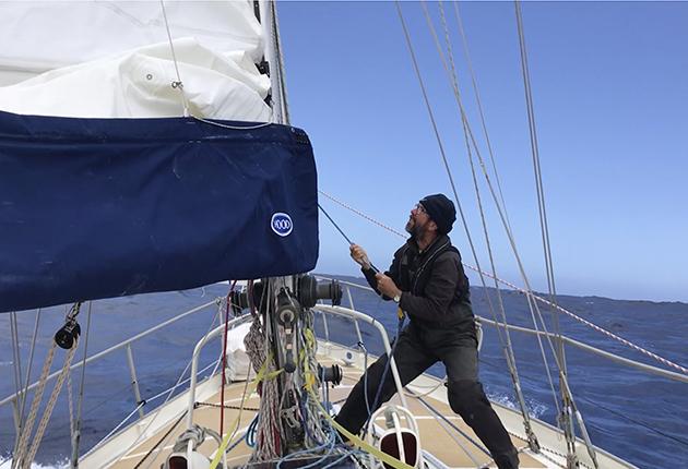 Randall Reeves à bord de son expédition de 45 pieds slopp Moli lors de son voyage en figure 8 autour des continents américain et antarctique en une saison