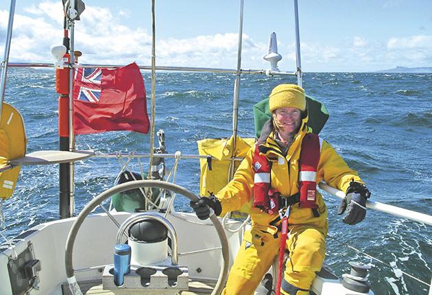 Sam Steele barre son yacht lors de son tour du Royaume-Uni