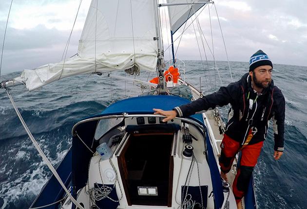 Thom D'Arcy, à bord de son Vancouver 28, Fathom qu'il a navigué depuis Yarmouth en 2016 pour faire le tour du monde. Il est retourné sur l'île de Wight en août 2020