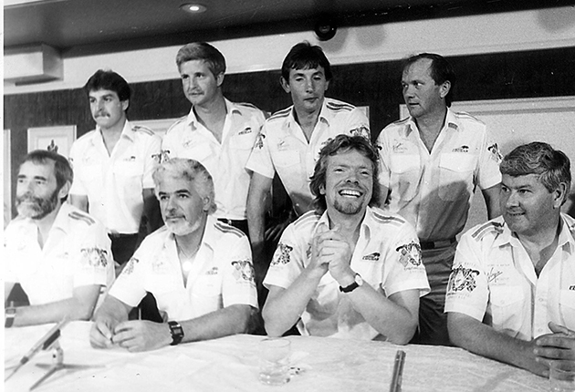 2DA4YHN RICHARD BRANSON (FRONT 2ND RIGHT) TED TOLEMAN (FRONT 2ND LEFT) AND CHAY BLYTHE (RIGHT FRONT. AND THE CREW OF VIRGIN ATLANTIC CHALLENGER AT A PRESS CONFERENCE AT THE HOLIDAY INN, PORTSMOUTH AFTER THEIR FAILED CROSS ATLANTIC BID FOR THE BLE RIBAND