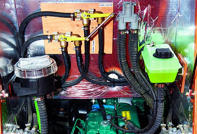 Ce compartiment moteur est bien aménagé avec des durites d'eau et de carburant renforcées et résistantes au feu