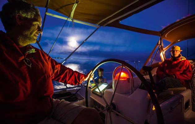 Le coureur offshore Henry Bomby partage 5 conseils pour naviguer après la tombée de la nuit