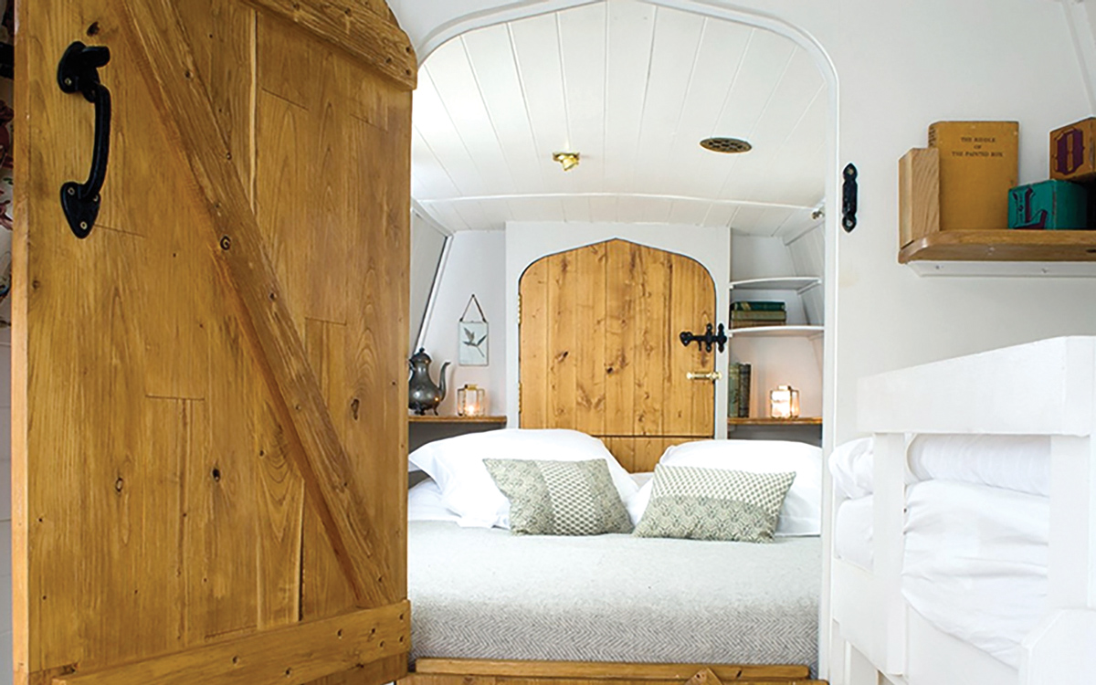 yacht-rental-platforms-antique-narrowboat-london-beds-on-board