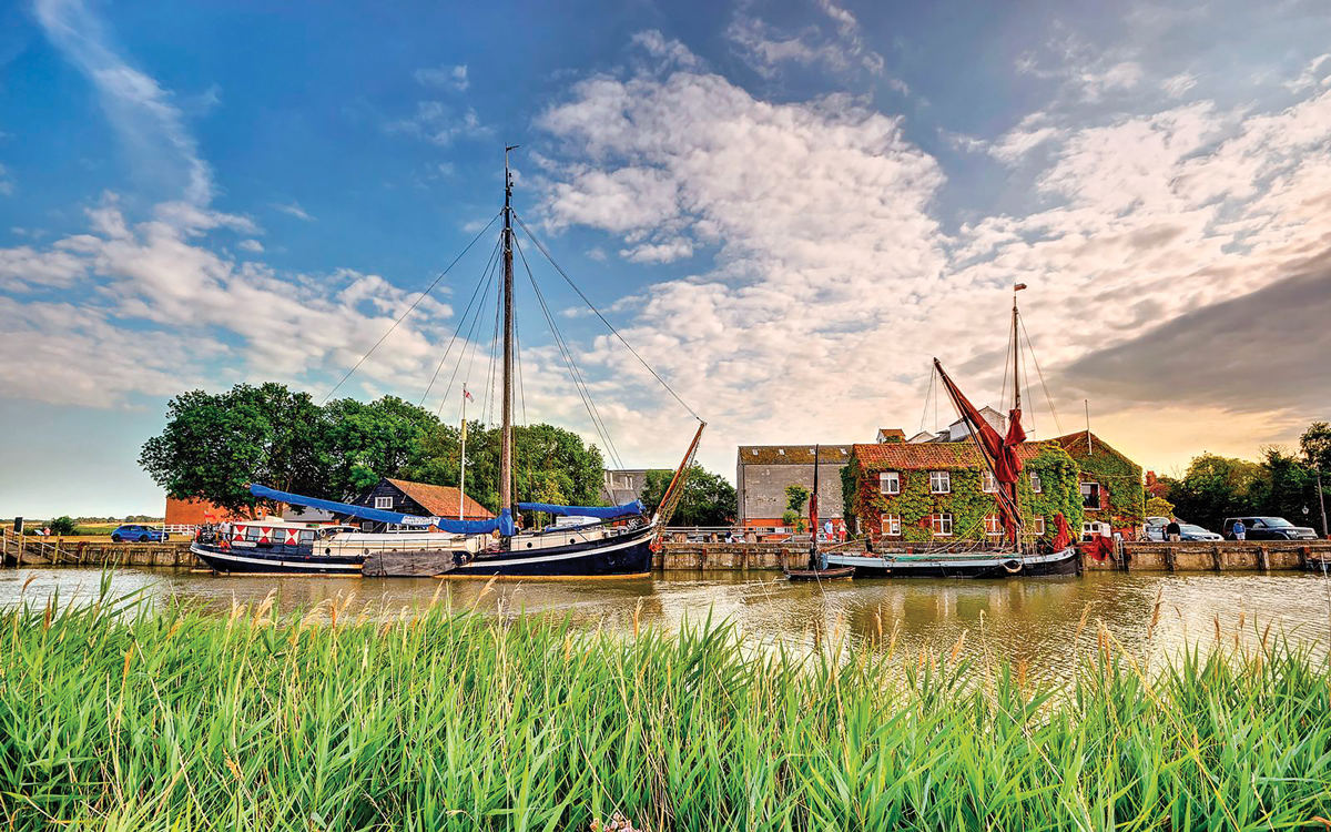 yacht-rental-platforms-antique-narrowboat-suffolk-exterior-beds-on-board