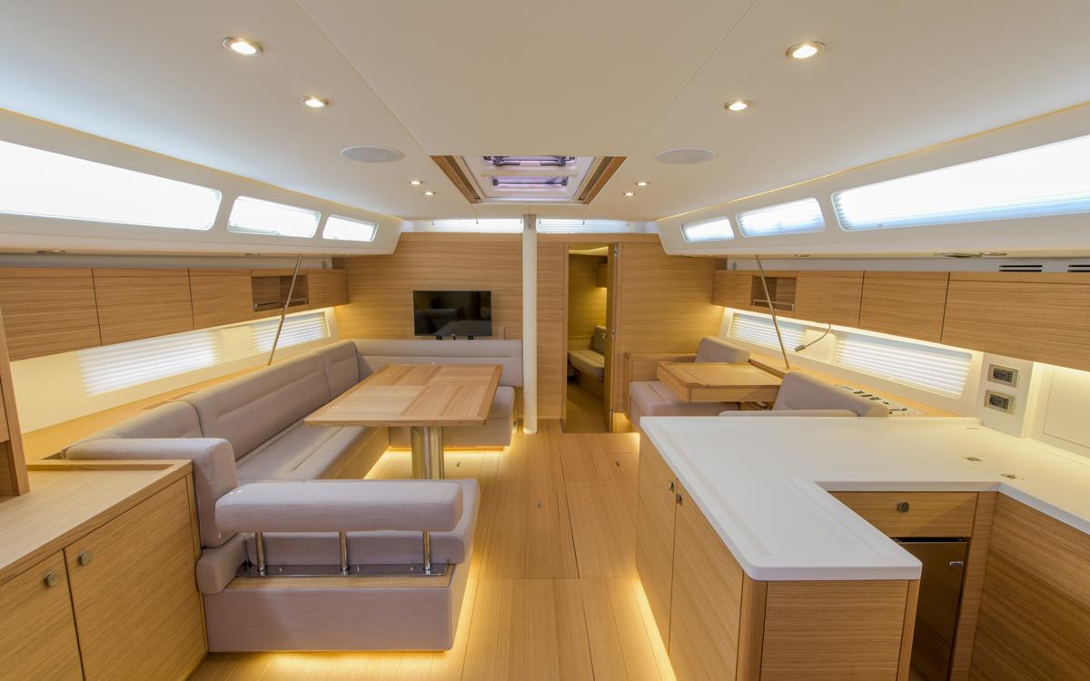 grand-soleil-52lc-boat-test-saloon-credit-fabio-taccola