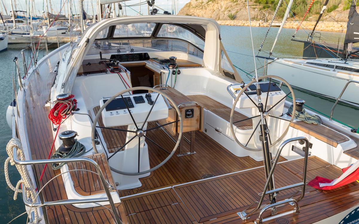 luxury-cruisers-European-yacht-of-the-year-sunbeam-46-1-cockpit-credit-bertel-kolthof