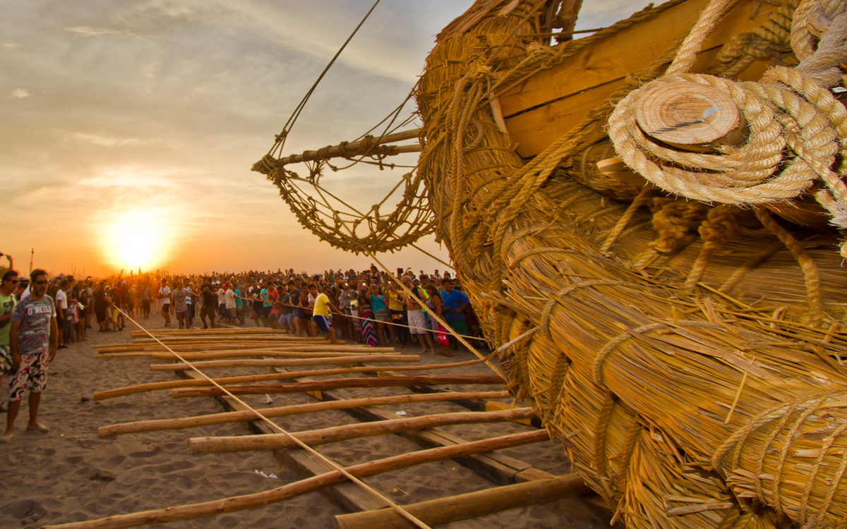 Viracocha-III-chilean-reed-boat-Bow-at-Sunset-credit-andrew-dare